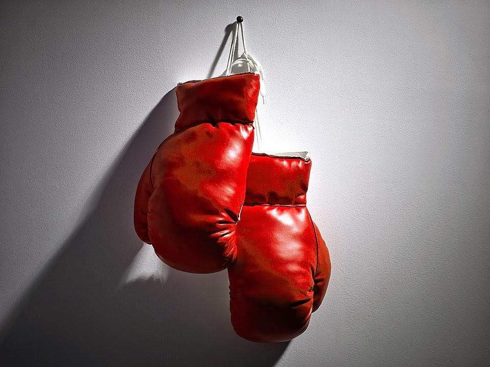 guantes de boxeo colgados