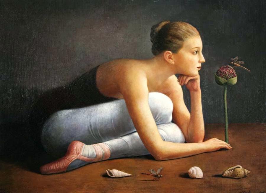 mujer mirando flor