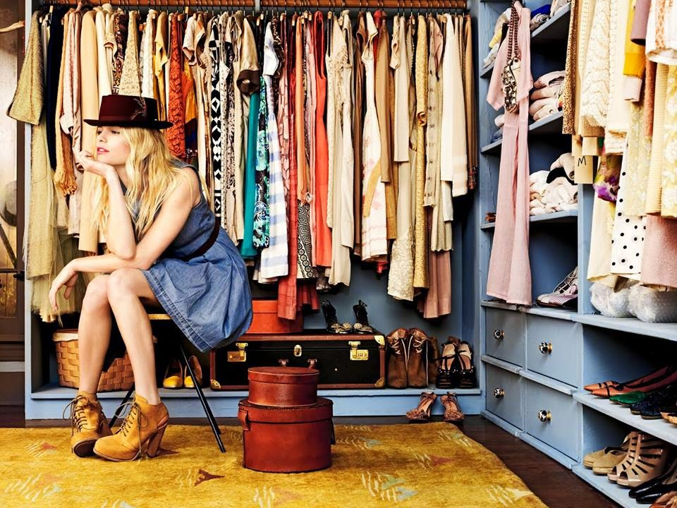 mujer dentro de armario