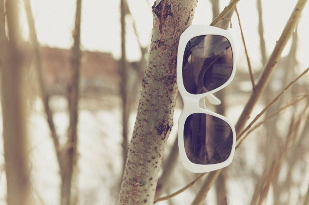 gafas de sol colgadas