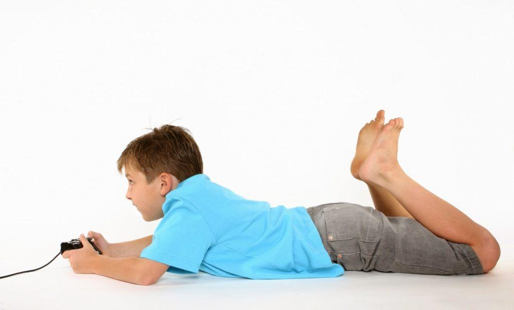 niño jugando en el suelo