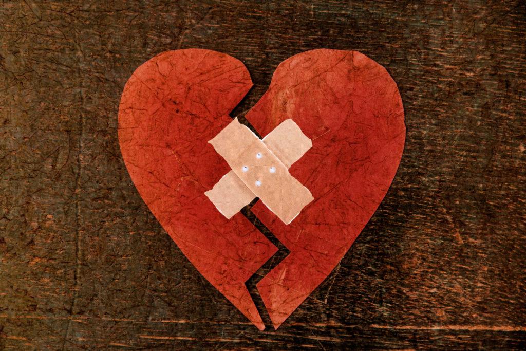 Corazón roto con parches