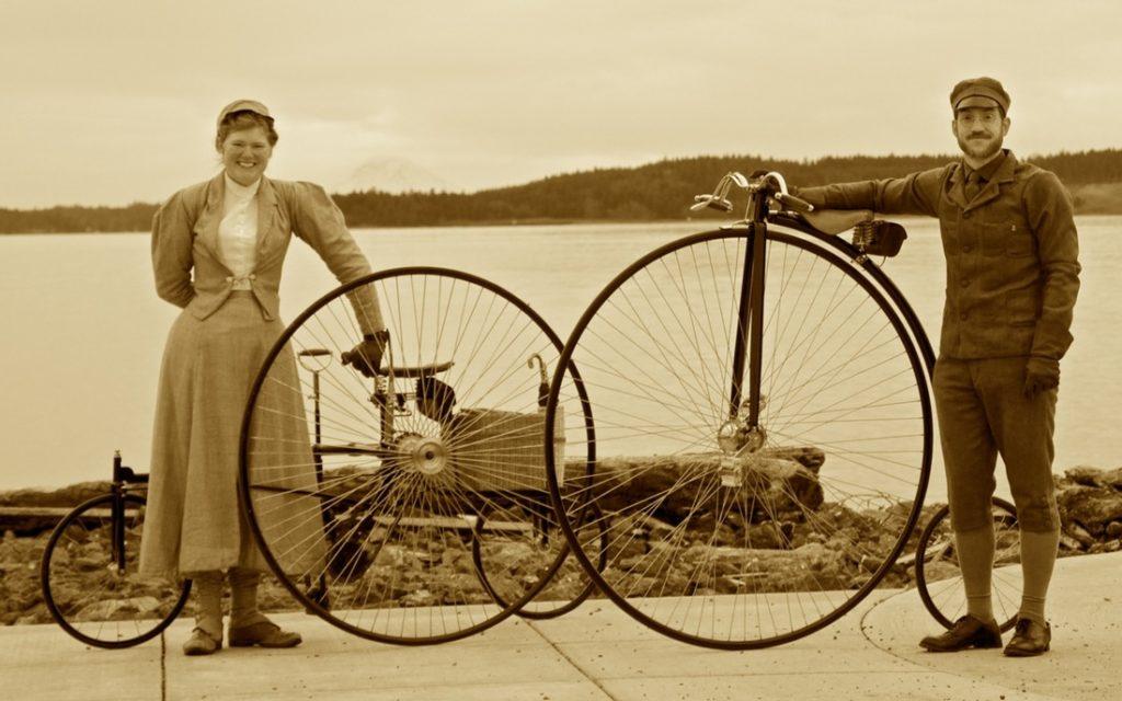 Pareja con bicicletas antiguas