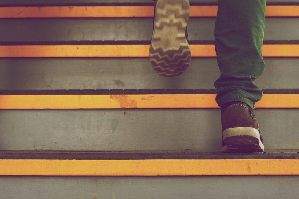 Hombre subiendo escaleras