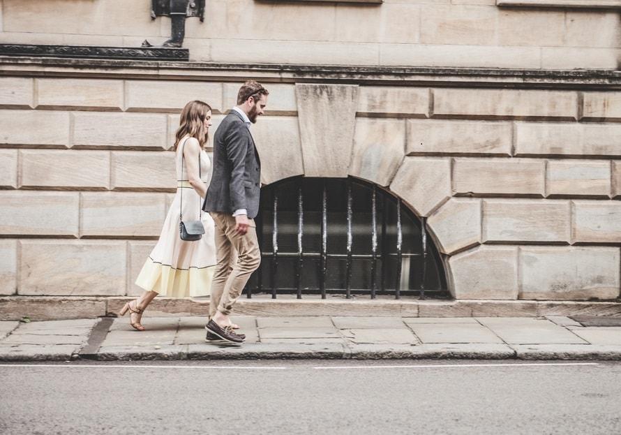 Pareja caminando por calle
