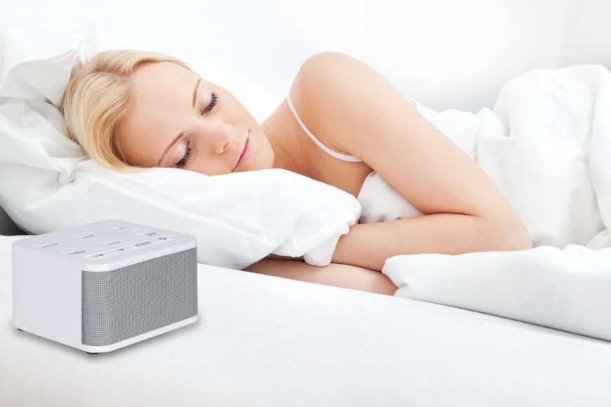 Mujer durmiendo con maquina de ruido blanco