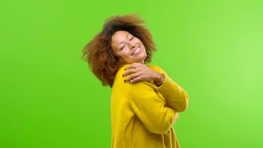 Mujer abrazándose a sí misma